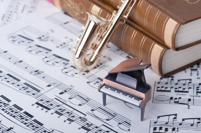 楽譜の上に置かれたミニチュアの楽器